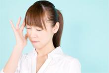 耳鳴りに悩む女性のイメージ