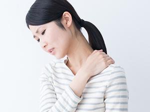 肩こりに悩む女性のイメージ